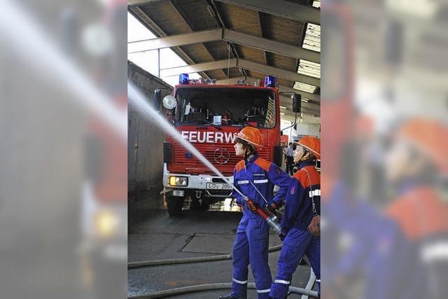 50 junge Feuerwehrleute im Übungseinsatz