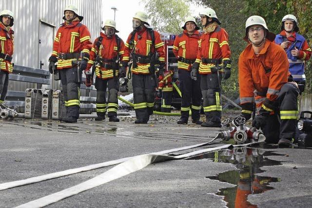 Feuerwehr übt auf Firmengelände