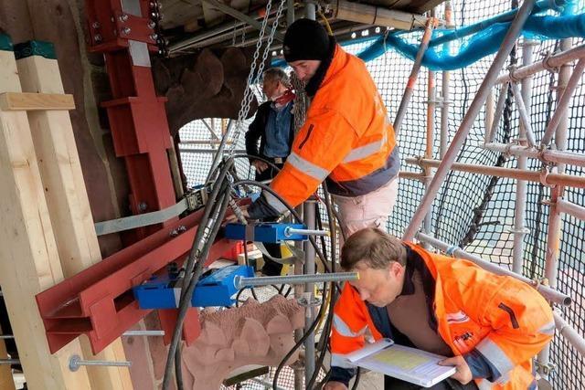 Millimeterarbeit am Münsterturm: Der neue Eckstein trägt die Last