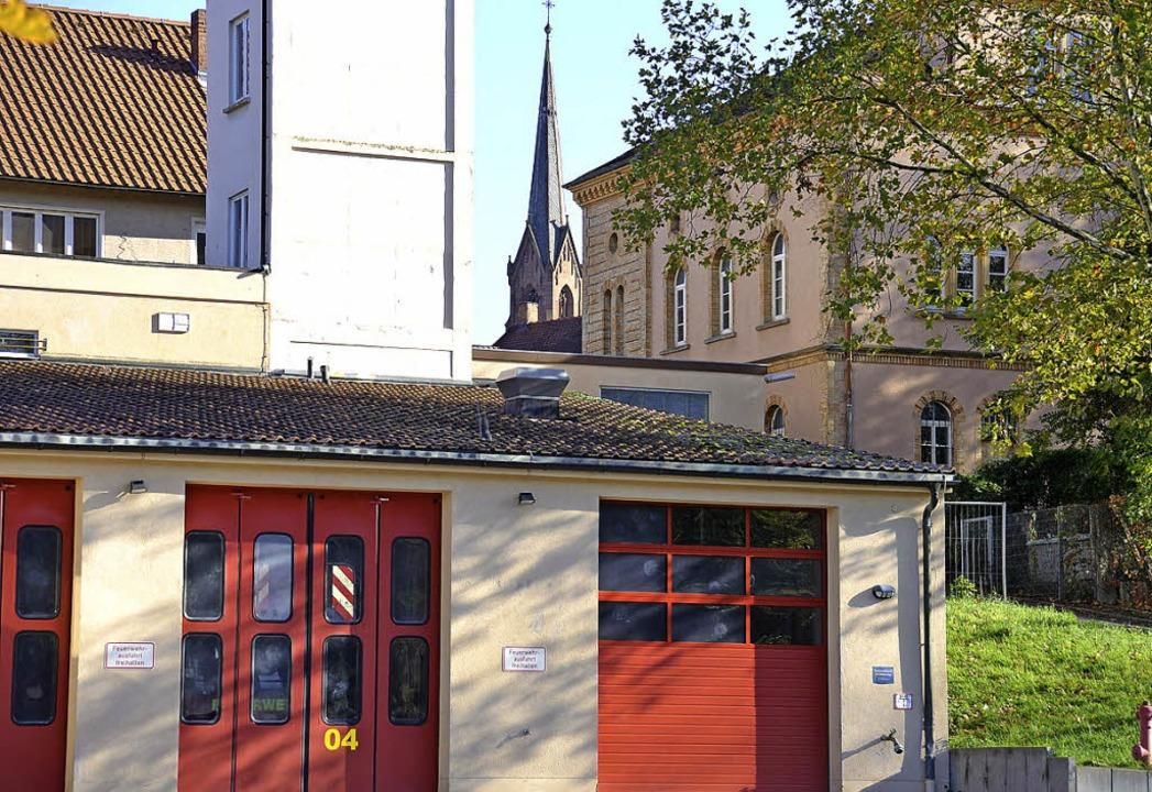 Der Kirchturm ist nah, hinter  Feuerwe...Spital, die mitbedacht werden  müssen.  | Foto: Babeck-Reinsch
