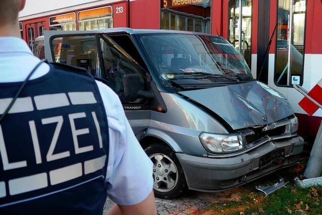 Auto kollidiert mit Straßenbahn – eine Verletzte