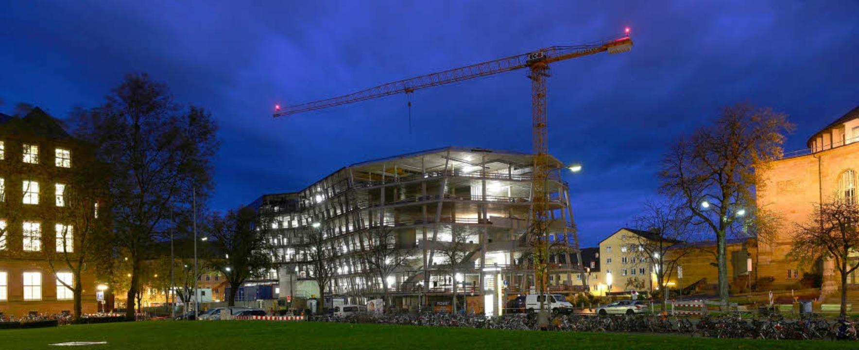Funkelnde Baustelle: Nachts ist die Unibibliothek innen hell erleuchtet.  | Foto: Ingo Schneider