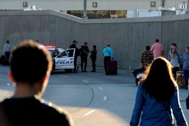 Polizei sucht nach Flughafen-Schießerei nach Motiv