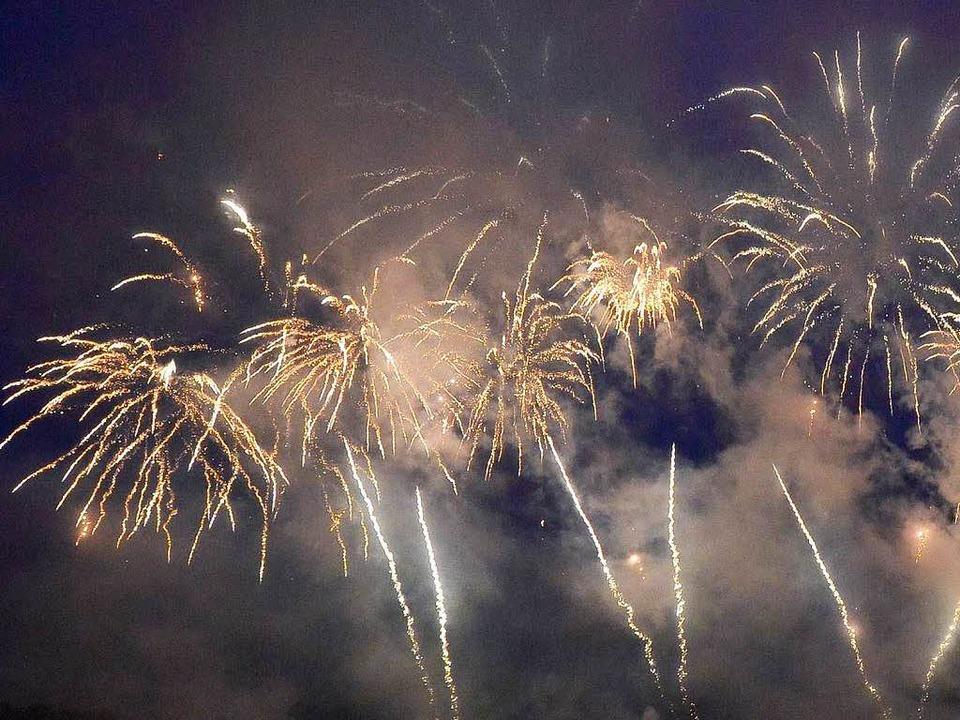 Für das Abbrennen eines Feuerwerks braucht  man eine Genehmigung.  | Foto: dpa