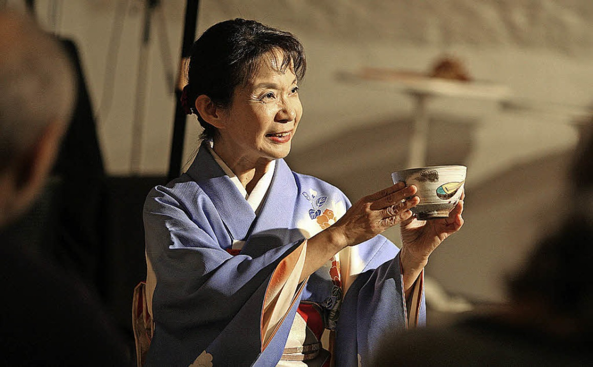 Yaeko Heinisch serviert die Teeschale.    | Foto: Bastian Henning