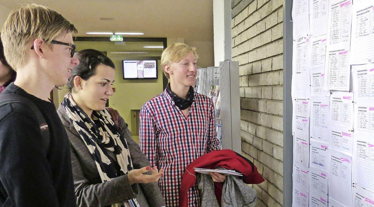 Schüler informierten sich am Breisache...rufe für sie interessant sein könnten.  | Foto: Susanne Bremer