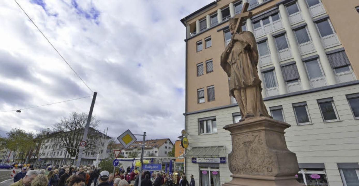 Zurück in Zähringen: Der Heilige Nepomuk steht wieder am Abzweig der Bachgasse.  | Foto: Michael Bamberger