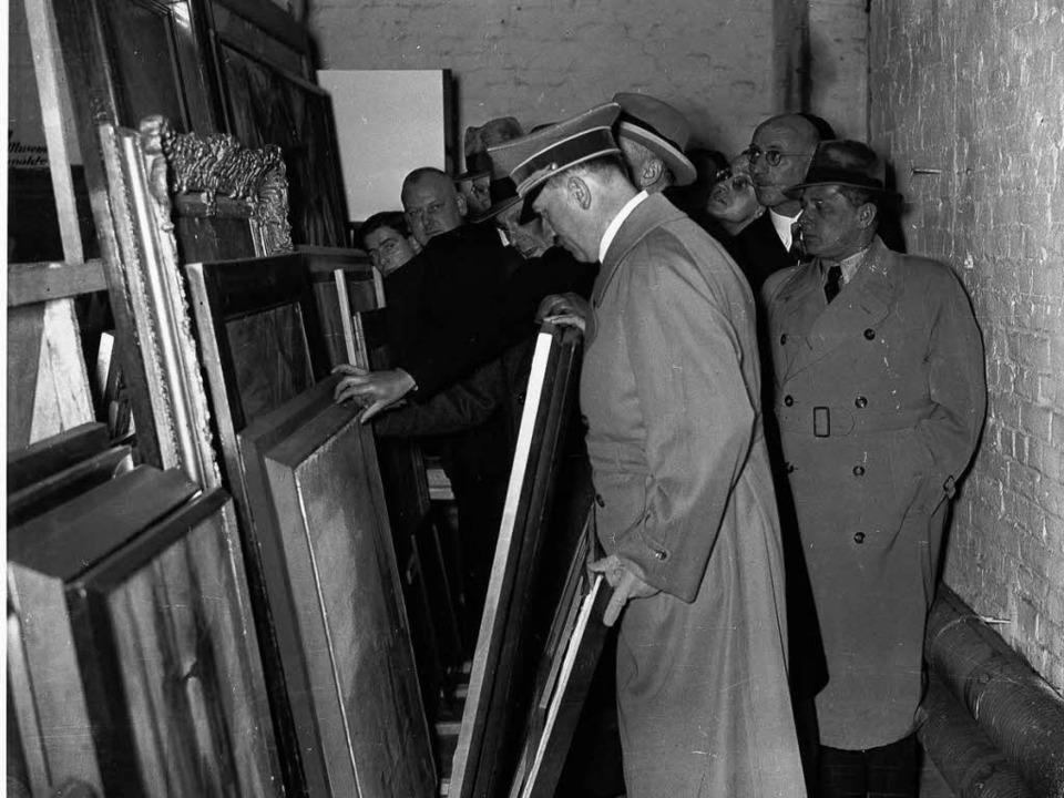 Kunsträuber: Hitler vor geraubten &#82...nige davon in München gefunden wurden.    Foto: dpa
