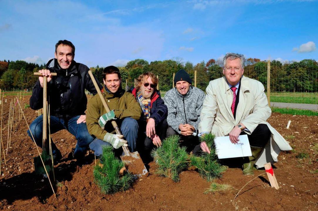 Bäume pflanzen für die Forschung: Prof...ktor Hans-Jochen Schiewer (von links).    Foto: Thomas Kunz