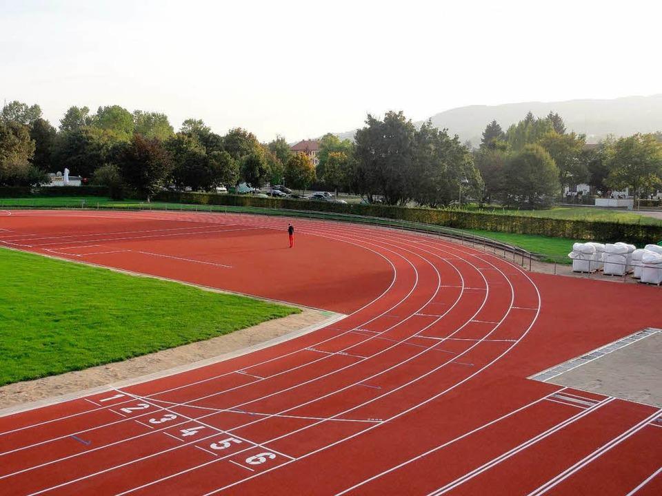 Grüttpark-Stadion: Die Markierungen si.... Am Rand muss der Rasen noch wachsen.  | Foto: Christoph Geissler