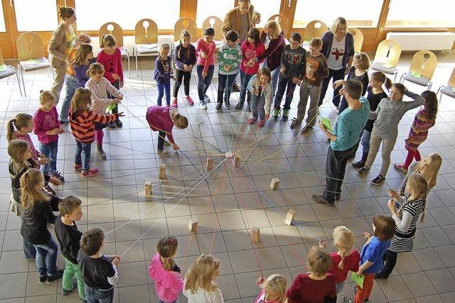 Kinder bauen einen Turm