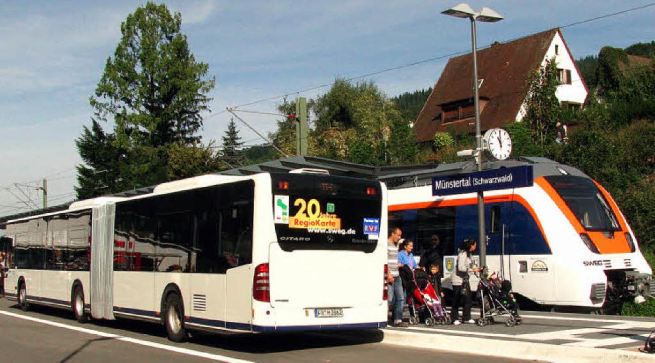 Vom Zug aus direkt in den Bus – ...el im Dezember häufiger möglich sein.   | Foto: Manfred Lange