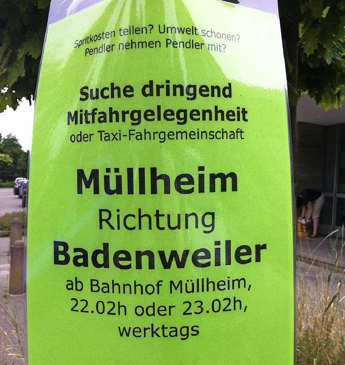 Per Aushang sucht dieser Pendler am Mü... Mitfahrgelegenheit nach Badenweiler.   | Foto: Martin Pfefferle