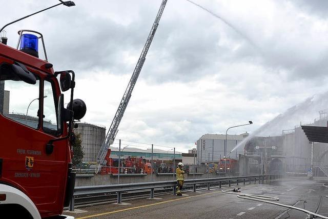 Feuerwehr übt auch im Birsfelder Hafen