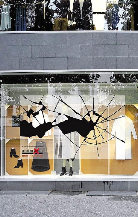 Mit solchen Fensterfolien wollen Berli...eschäftsleute an die Pogrome erinnern.  | Foto: AFP