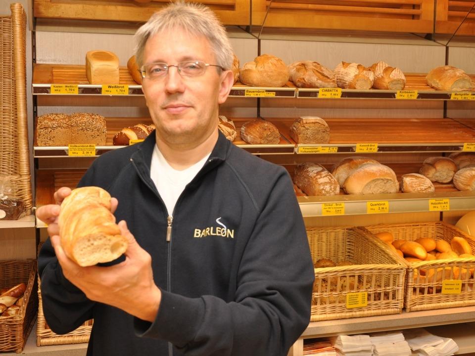 Der Bötzinger Bäckermeister Ulrich Bar... ein  Regionalprodukt vom Kaiserstuhl.    Foto: Kai Kricheldorf