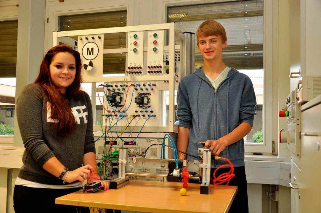 """Kathleen Neff und Florian Duffner aus ...22;Torwart-Tischkicker""""  gebaut.    Foto: Kai Kricheldorff"""