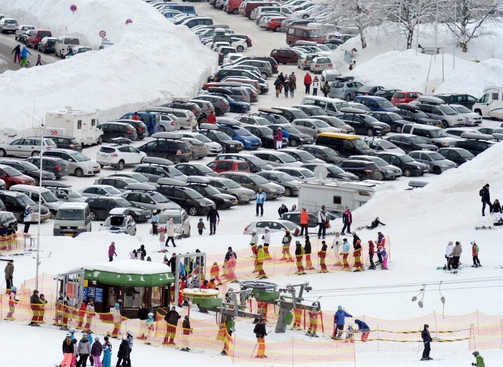 Die Parksituation am Feldberg ist in der Wintersaison am Feldberg prekär.  | Foto: dpa