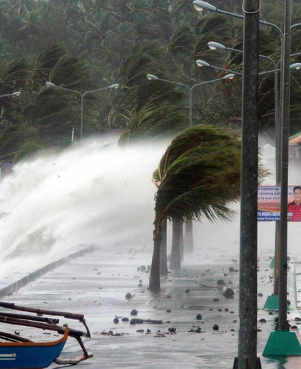 Mit Spitzengeschwindigkeiten von bis z...Aufnahmen aus dem Katastrophengebiet.   | Foto: afp