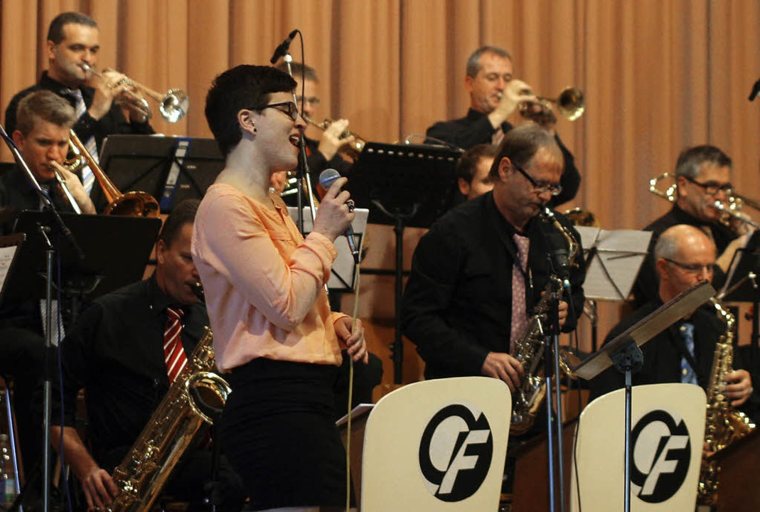 Julia Schwörer sang zu den Klängen der Ossy Fahrner Bigband   | Foto: Heidi Fössel