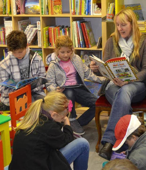 Lesestunde: In der Bücherei war es warm und kuschlig.  | Foto: Stefan Sahli