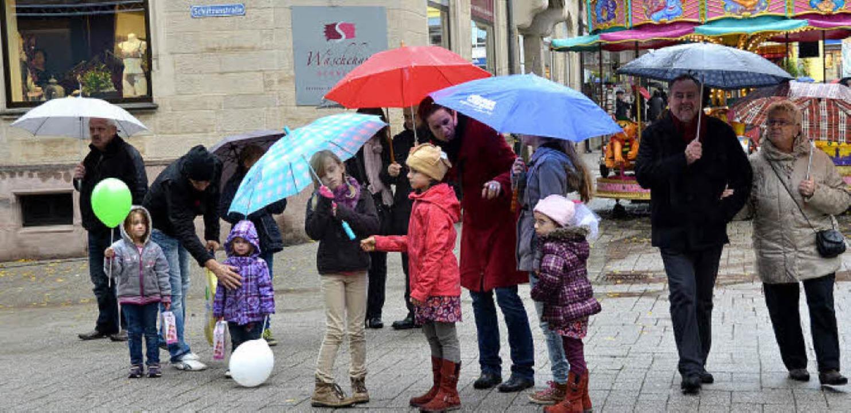 Bunte Regenschirme hellten den tristen Novembertag auf.  | Foto: Stefan Sahli