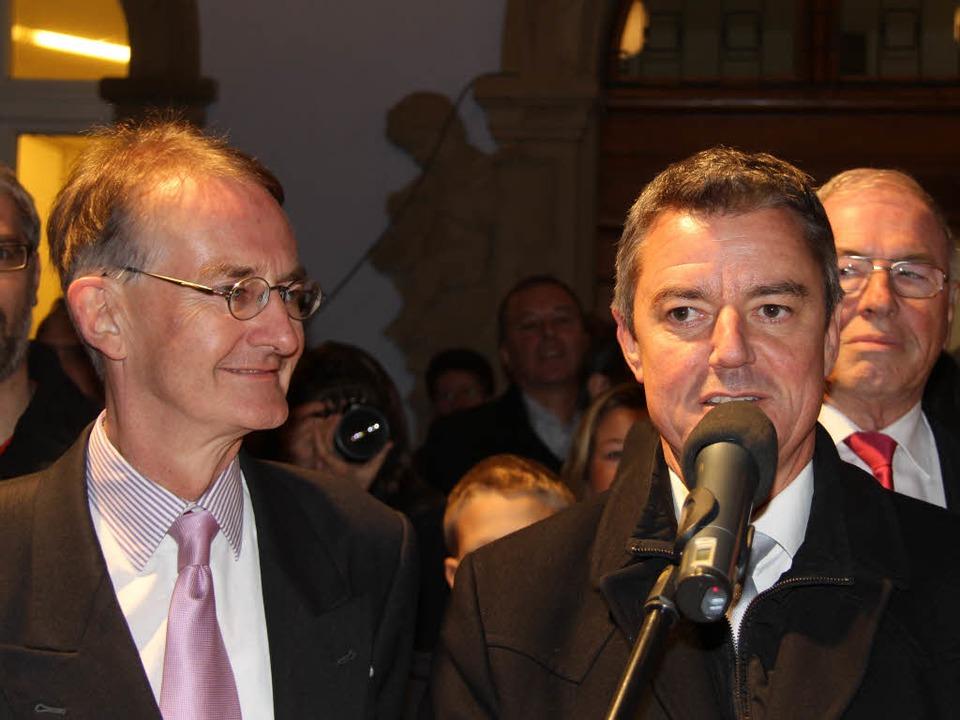 Der Alte und der Neue: Amtsinhaber Ekk...bei dessen Dankesrede vor dem Rathaus.  | Foto: A. Huber