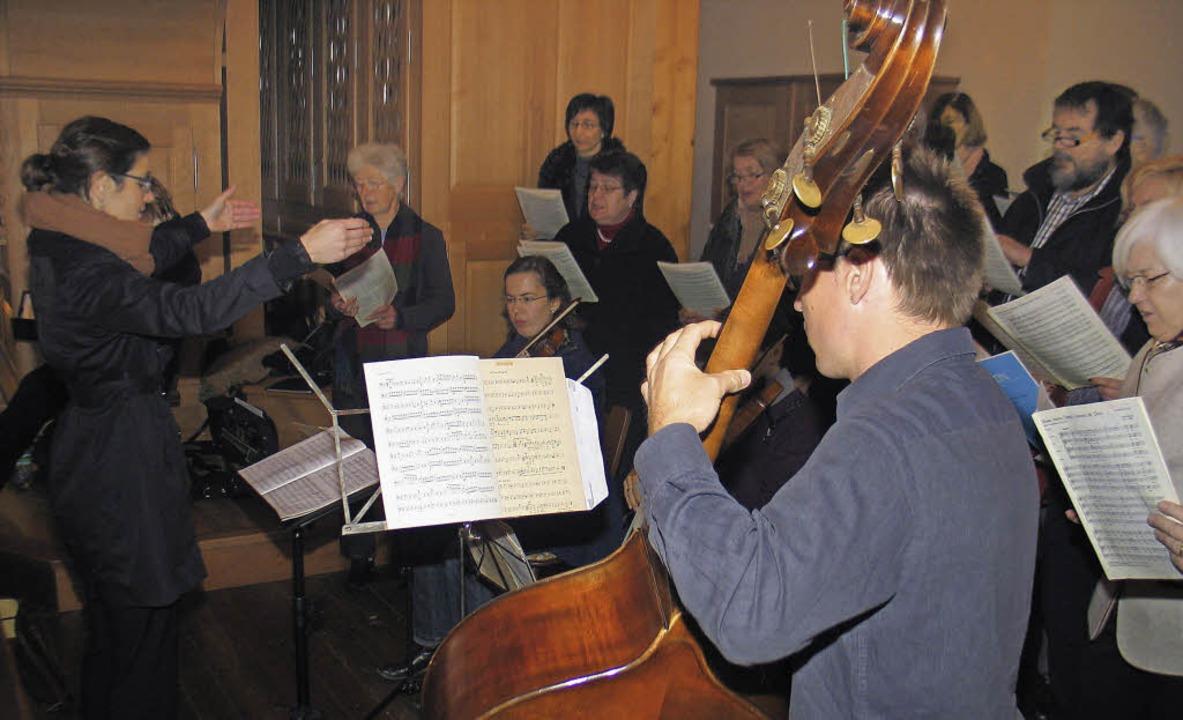 Der katholische Kirchenchor Riegel mit...Aktion beim Patroziniumsgottesdienst.     Foto: Helmut Hassler