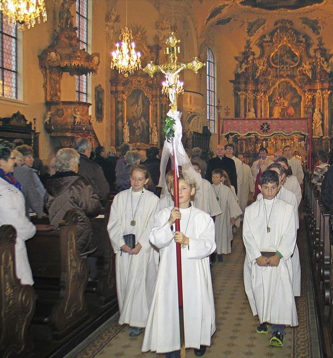 Die Prozession fand wetterbedingt kurzerhand in der Pfarrkirche statt.    Foto: Helmut Hassler