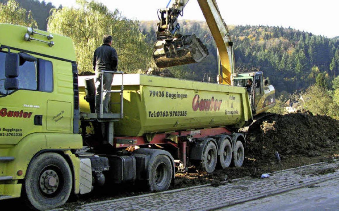 Mit sechs Fünfachser-Großfahrzeugen ha... auf die Deponie Eichbuck in Freiburg.    Foto: Manfred Lange