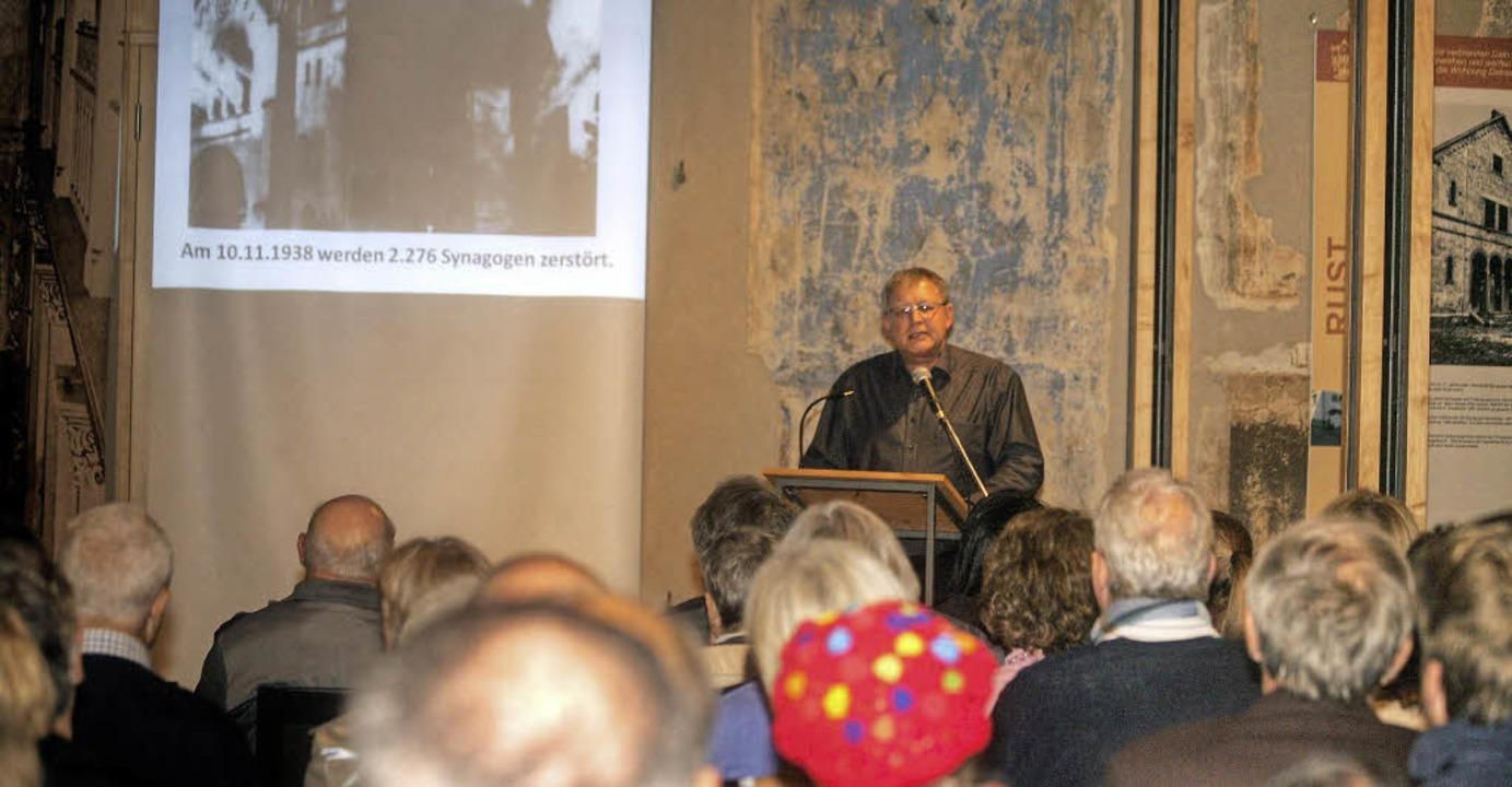 Norbert Klein bei seinem Vortrag in der ehemaligen Synagoge     Foto: sandra decoux-kone