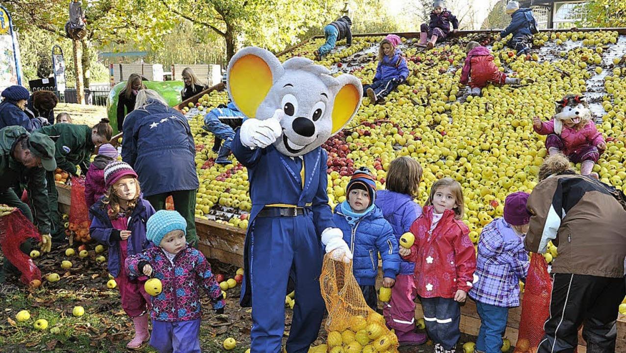Die Kinder helfen  kräftig mit und freuen sich schon auf den Apfelsaft.   | Foto: europa-park