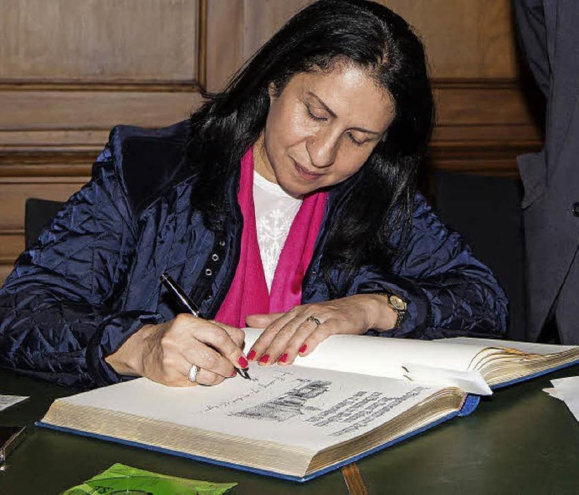 Die Bethlehemer Bürgermeisterin trägt sich ins Goldene Buch der Stadt ein.  | Foto: Photographer: Gabriele Zahn