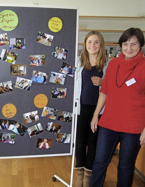 Praktikantin Hanna Rowson und Leiterin... Stelltafel mit Infos zur Tagespflege.    Foto: Heiner Fabry