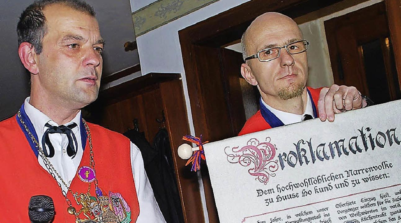 Ozume Mario Brugger (links) und Zeremo...lageter beim Verlesen der Proklamation  | Foto: Edgar Steinfelder