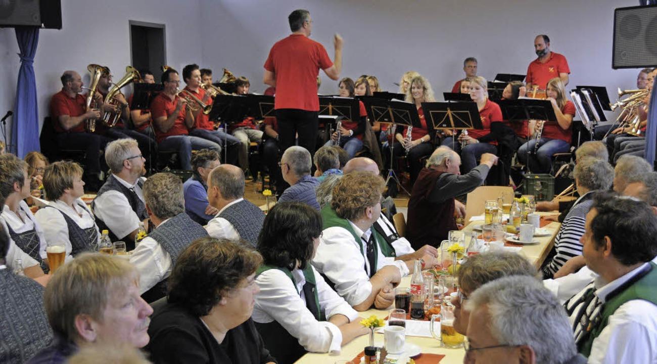 Der Musikverein Lembach unter Leitung ...konzert beim Schlachtfest in Blumegg.     Foto: noe