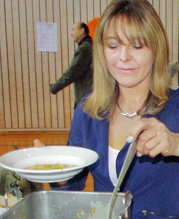 Petra Fingerlin gab die  Suppe an den ...ächsten Jahres, er servierte das Brot.  | Foto: Rolf Reißmann