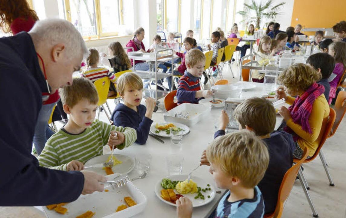 Kartoffelbrei und Fischstäbchen:  Stat...e,  essen nun alle in der neuen Mensa.  | Foto: Ingo Schneider