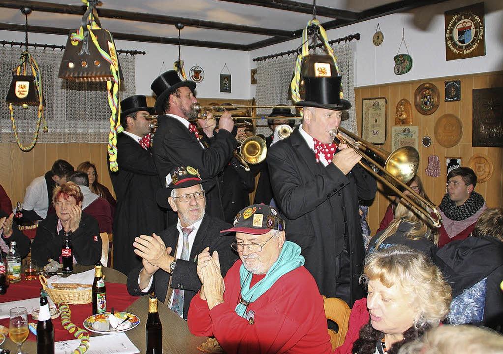 Das Sumpfernieorchester schränzte die Fasnacht ein.     Foto: Kerckhoff