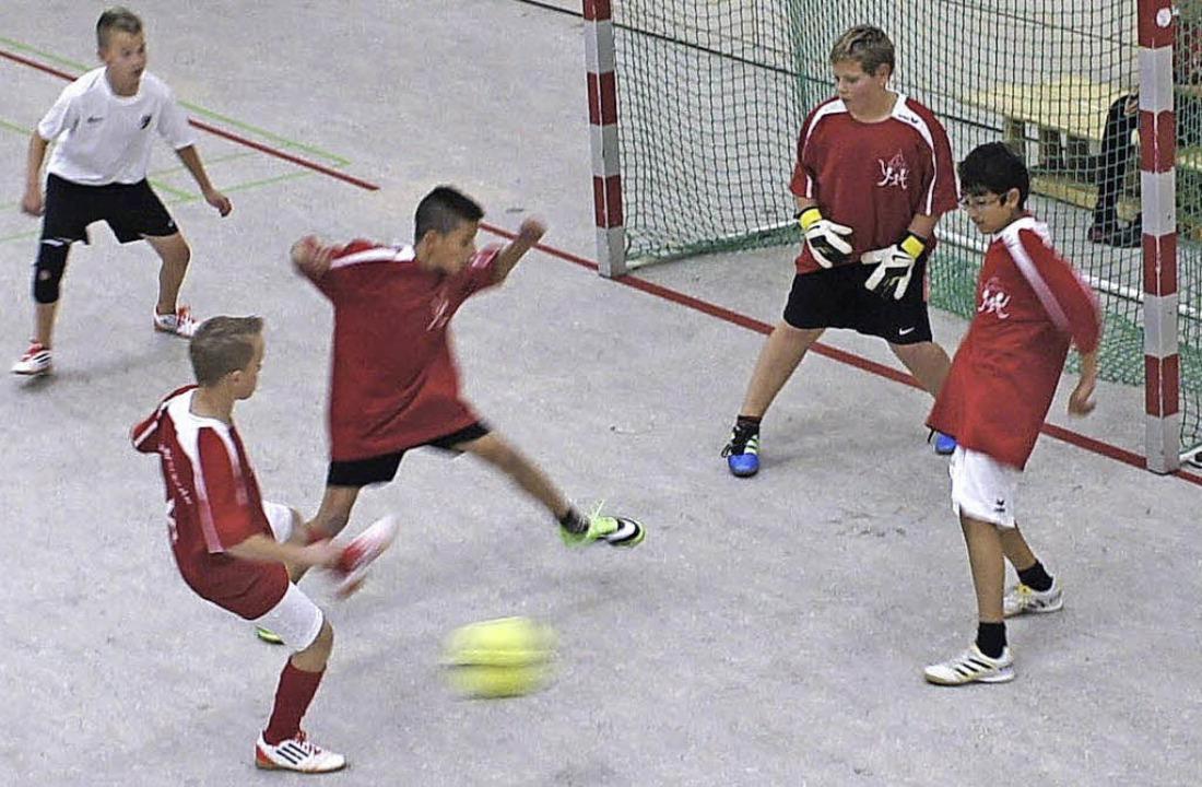 Spielszene aus dem kleinen Finale: Im ...erner-Kirchhofer-Realschule aus Wehr.     Foto: herbrig