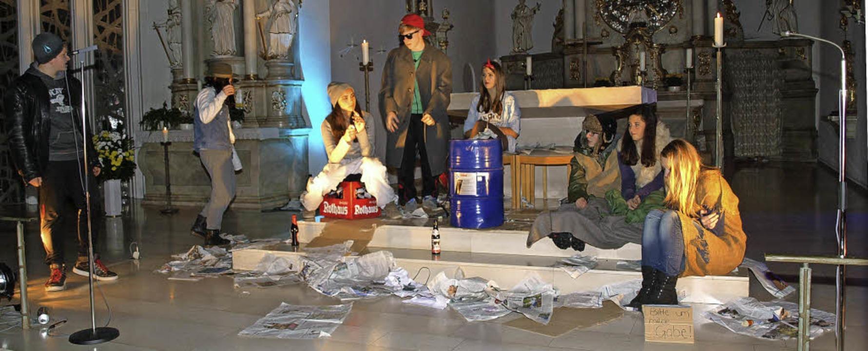 Die Firmanden in dem modern interpretierten Stück vor dem Altar.    Foto: Marion Pfordt