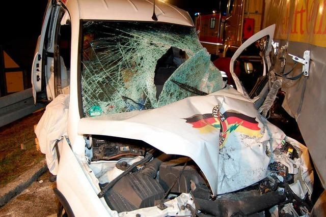 Fahrer und Beifahrer in Auto eingeklemmt und schwer verletzt