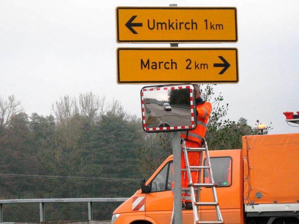Breisacher Straßenmeister bei der Montage des Spiegels an der Landesstraße 116.  | Foto: Landratsamt straßenmeisterei