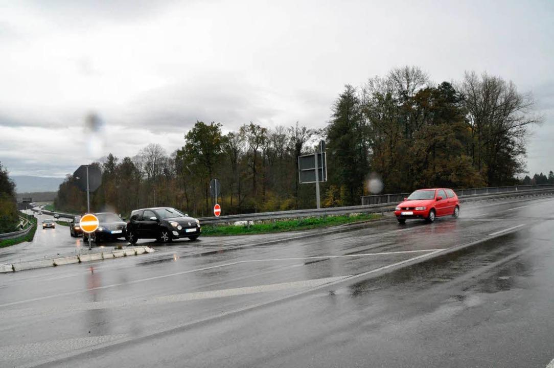 Hier noch ohne Spiegel: Wer von Freibu...die Autos (rot) aus Umkirch erst spät.  | Foto: Julius Steckmeister