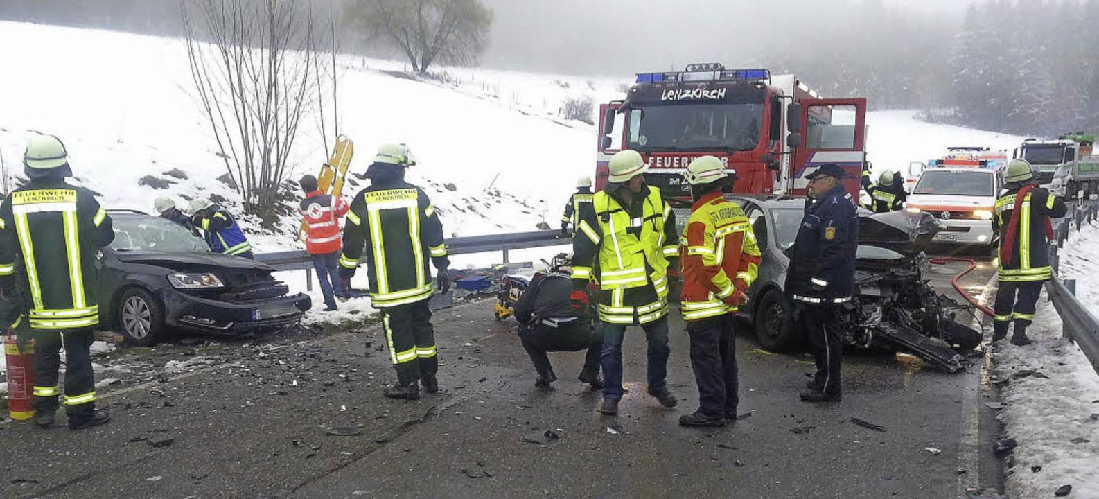 Zwei Autos mit Totalschaden und  zwei ...ontalkollision am Mittwochnachmittag.   | Foto: Martin Ganz / Kamera24
