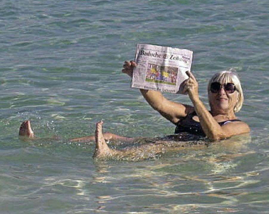 Mit im Gepäck für die Lektüre im Toten Meer: die BZ   | Foto: Privat