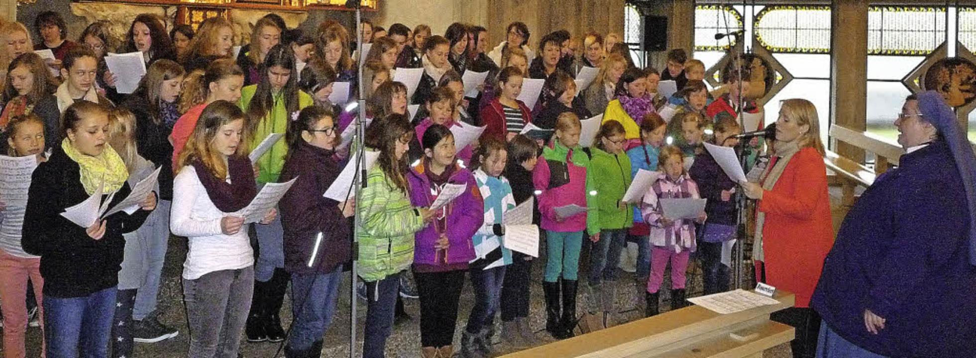 Beim Proben mit Maite Kelley (in Rot) ...geeinheit vor großem Publikum singen.     Foto: privat