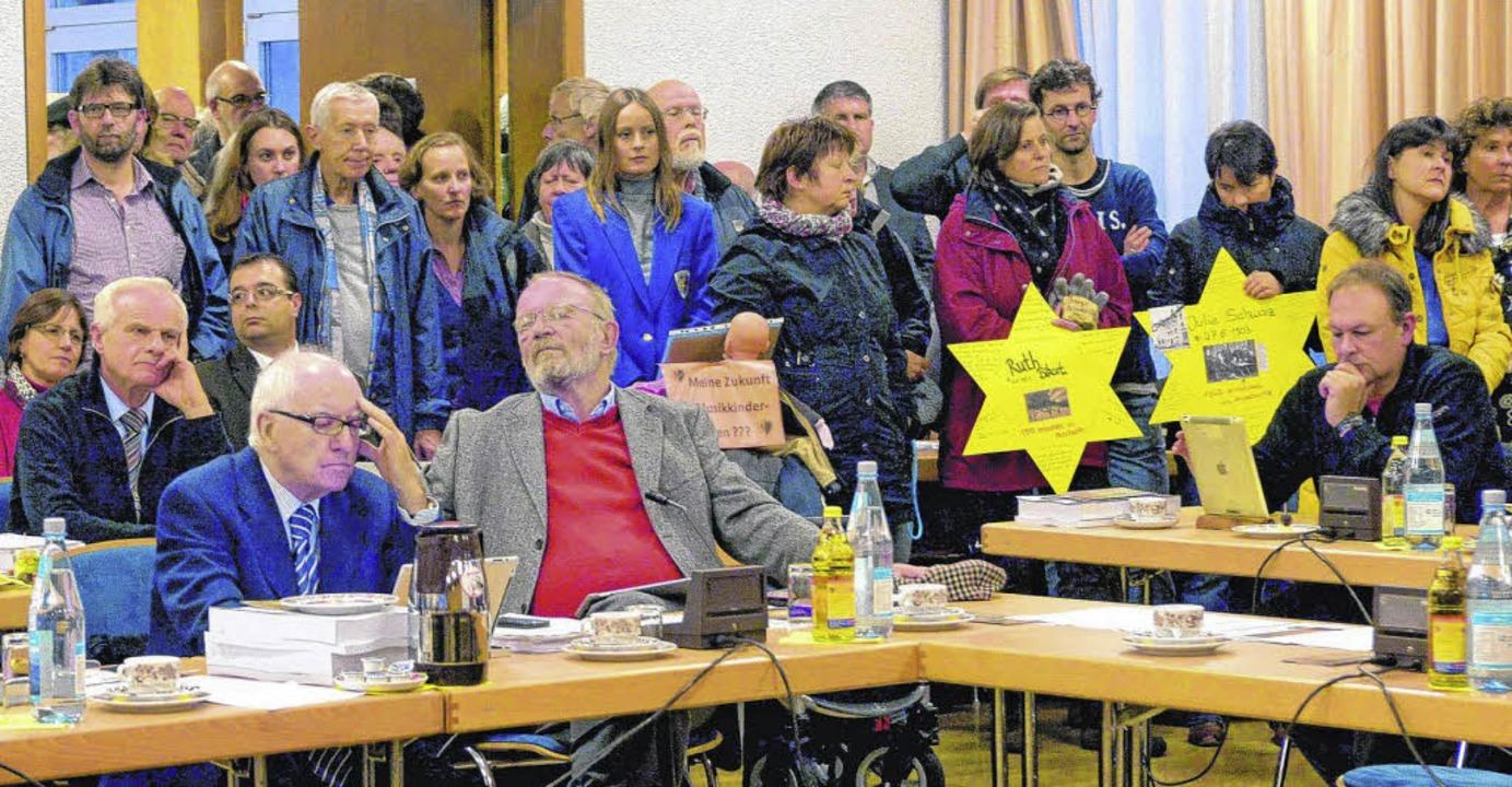 Brechend voll ist der kleine Saal im M...er die Aktion Stolpersteine abstimmte.  | Foto: Hahne