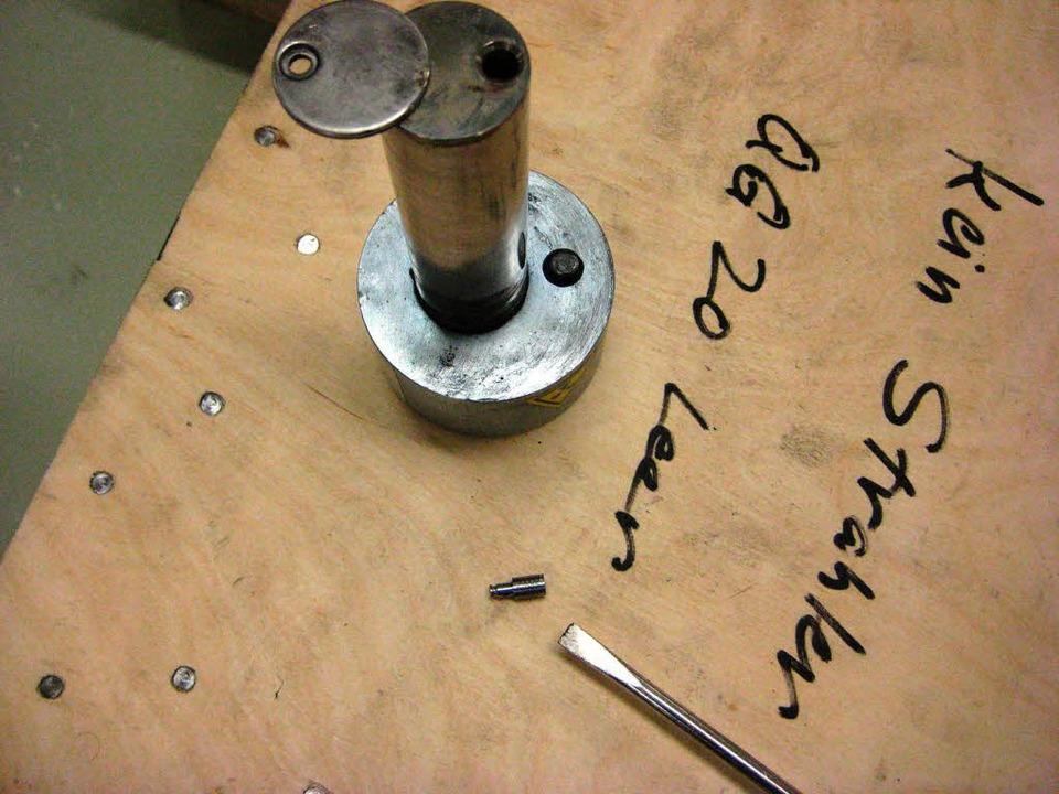 Die kleine Kapsel neben der Schraubenzieherspitze enthielt das Cäsium 137.   | Foto: ABB
