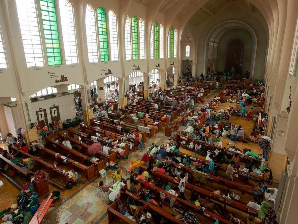 Weil ihre Häuser zerstört sind, suchen... von Tacloban in Kirchen Unterschlupf.  | Foto: DPA